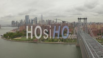 Vol Au-Dessus Du Pont De Williamsburg Côté De Manhattan Avec Les Toits De La Ville De New York Au Jour Nuageux 4k - Vidéo Aérienne Par Drone
