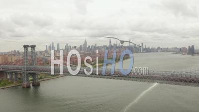 Large Vue Aérienne Dolly Du Pont De Williamsburg Sur East River Avec East Village Et New York City Skyscraper Skyline En Arrière-Plan 4k - Drone Vidéo