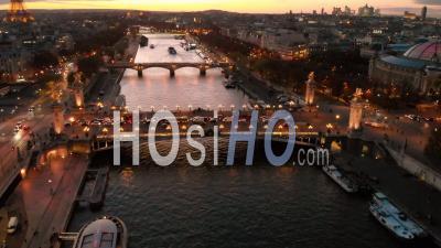 Vue Aérienne Par Drone Au Coucher Du Soleil De La Tour Eiffel Sur Le Pont De La Seine Paris, France