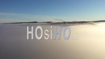 Vue Aérienne De Nuages Dans Un Matin Brumeux - Vidéo Par Drone