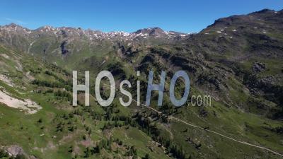 Chemin D'accès Au Refuge Des Drayères Dans La Chaîne De Montagnes Des Cerces Dans La Haute Vallée De La Clarée, Hautes-Alpes, France, Vue Depuis Un Drone