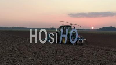 Images Aériennes D'un Tracteur Labourant Un Champ Au Coucher Du Soleil D'une Journée D'automne, Vidéo Par Drone