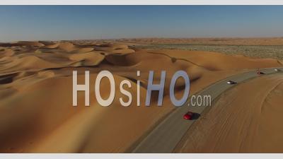 Voitures Sur Une Route Du Désert, Vidéo Drone