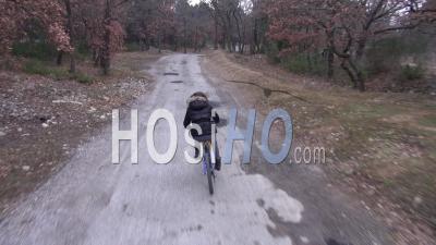 Adolescente à Vélo Sur Une Route De Campagne