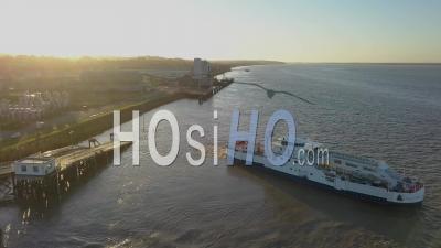Vue Aérienne, Transport Maritime, Quai De Blaye, Bateau, Ferry, Citadelle De Blaye, Gironde, France - Vidéo Drone