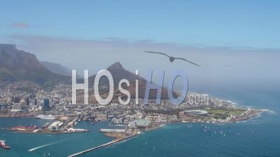 Cape Town, V Et Un Front De Mer Et La Montagne De La Table Filmés En Hélicoptère